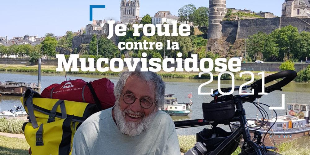 Claude avec son vélo pause devant le château d'angers